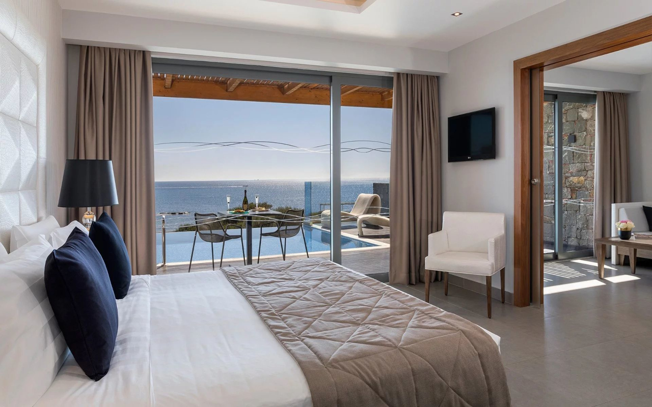executive_suite_with_private-pool_02