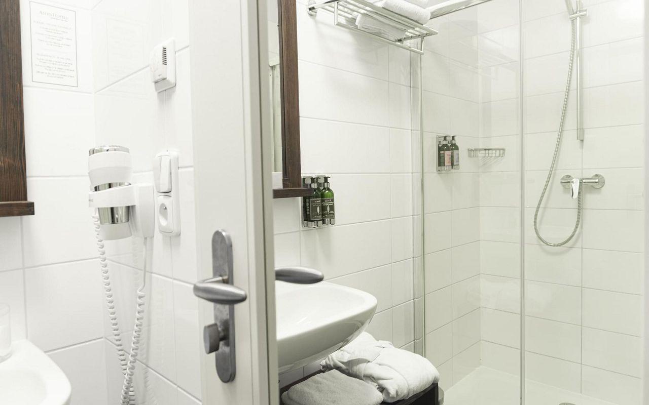 family-suite-hotel-golden-key-prague-bathroom-1