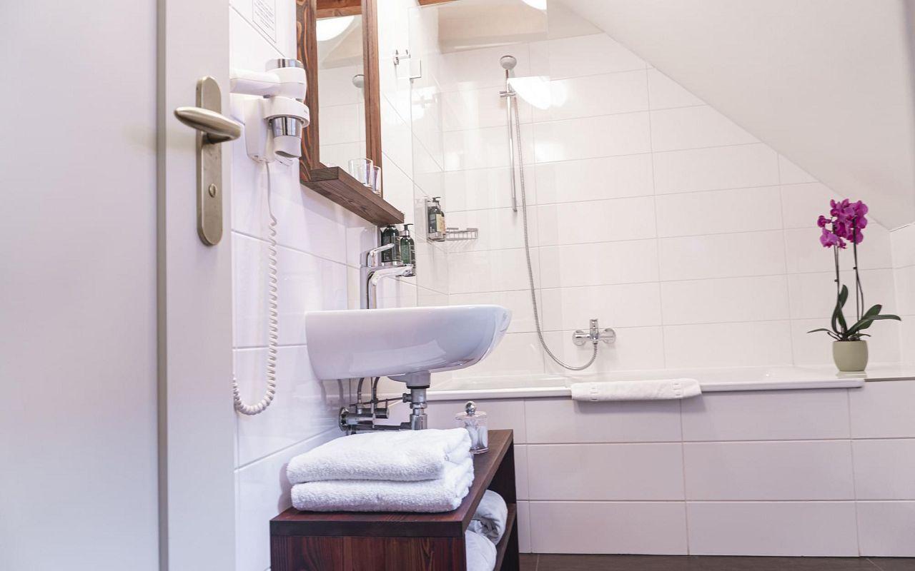 junior-suite-hotel-golden-key-prague-bathroom-1