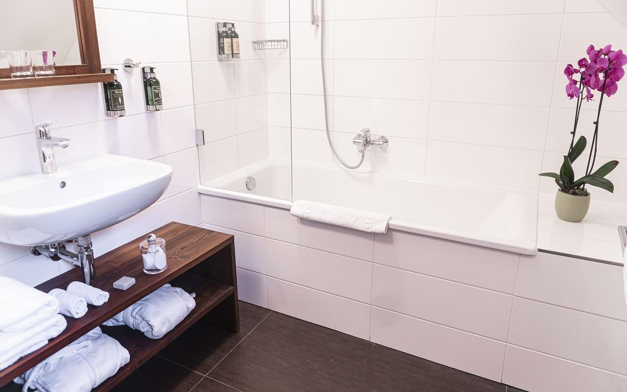 junior-suite-hotel-golden-key-prague-bathroom