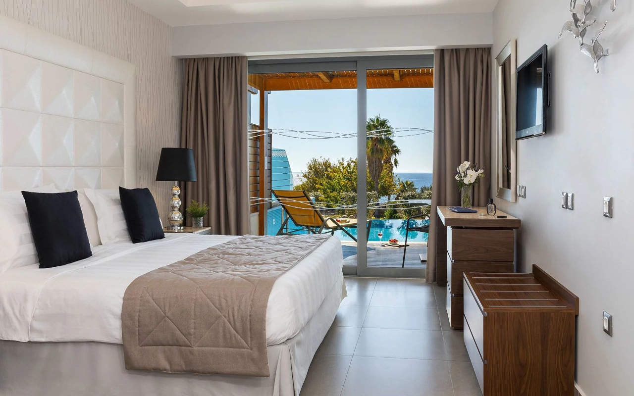 junior_suite_with_private_pool_and_lateral_sea_view_02
