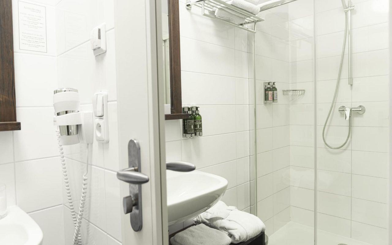 superior-room-hotel-golden-key-prague-bathroom-1