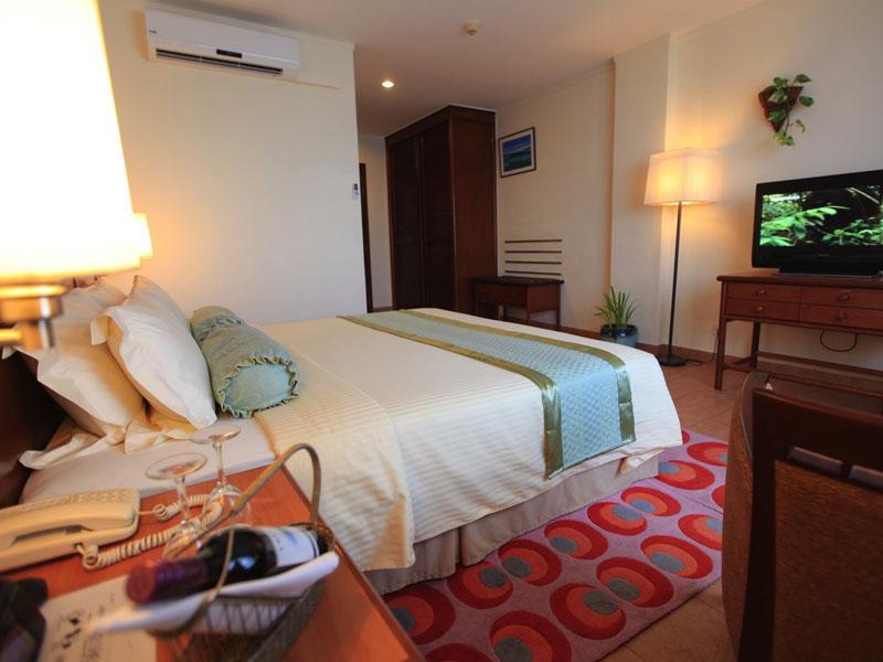 4Hulhule Island Hotel (10)