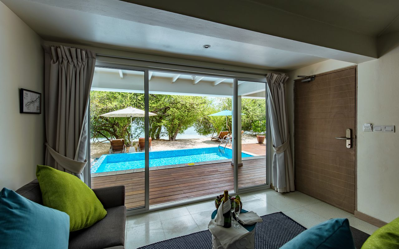 BEACH SUITE WITH POOL - LIVING AREA VIEW