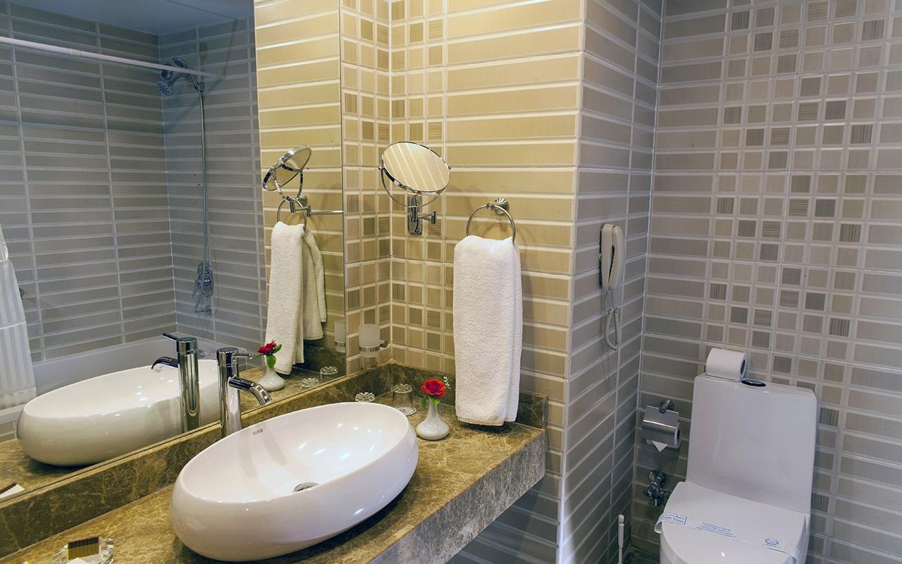 Premier Room3 bath room-min