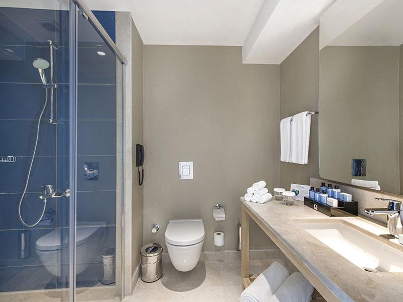 3_titanic_beach_lara_anex_standard_room_bathrom