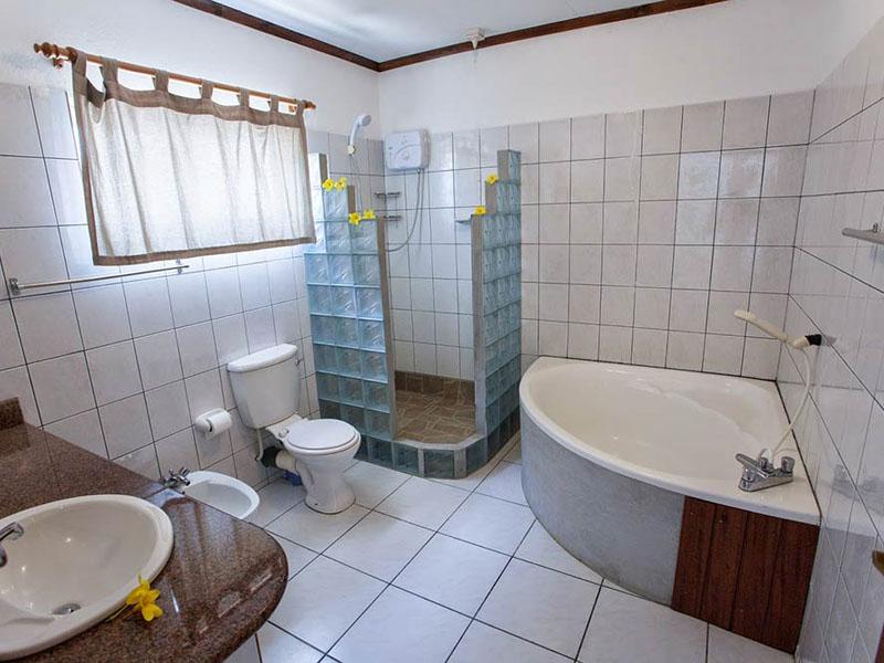 Anse-soleil-beachcomber-Superior-Rooms-Bathroom