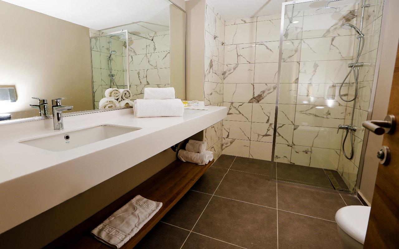STANDARD ROOM BATH 1-min