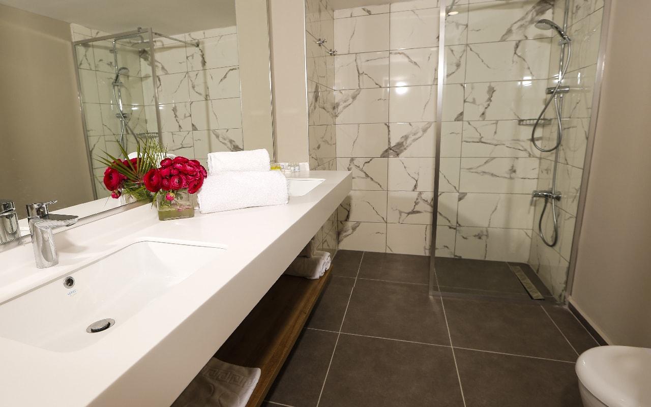 STANDARD ROOM BATH 2-min