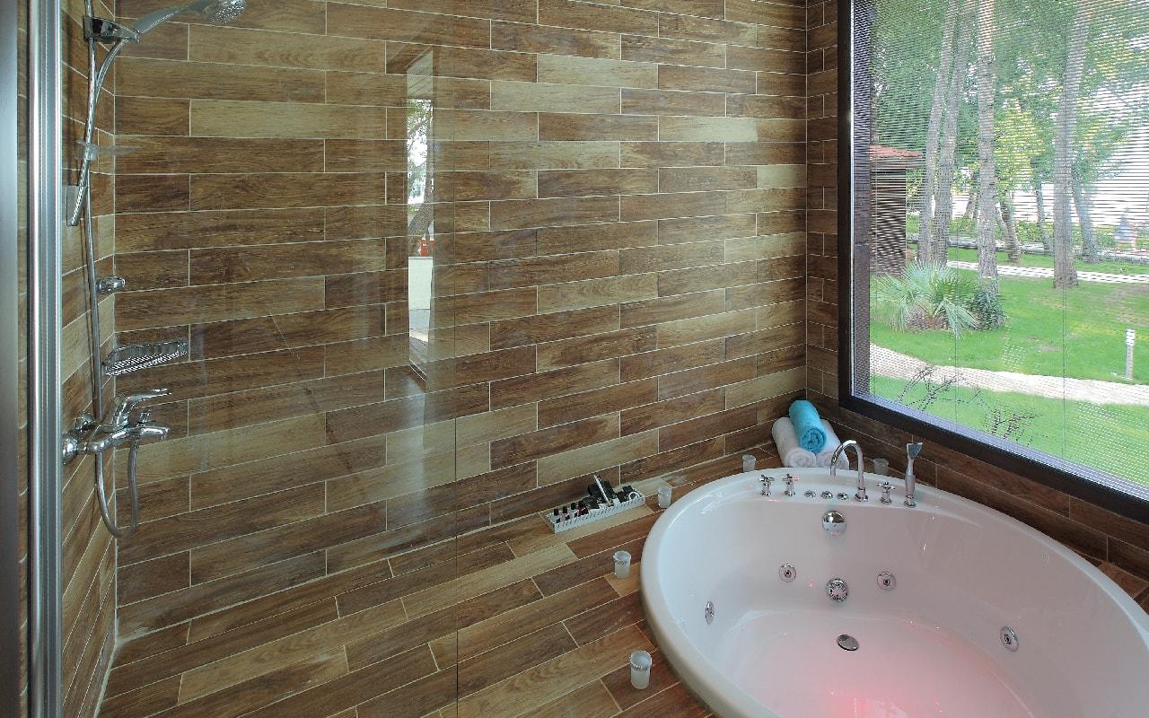 SUPERIOR ROOM BATH 1-min