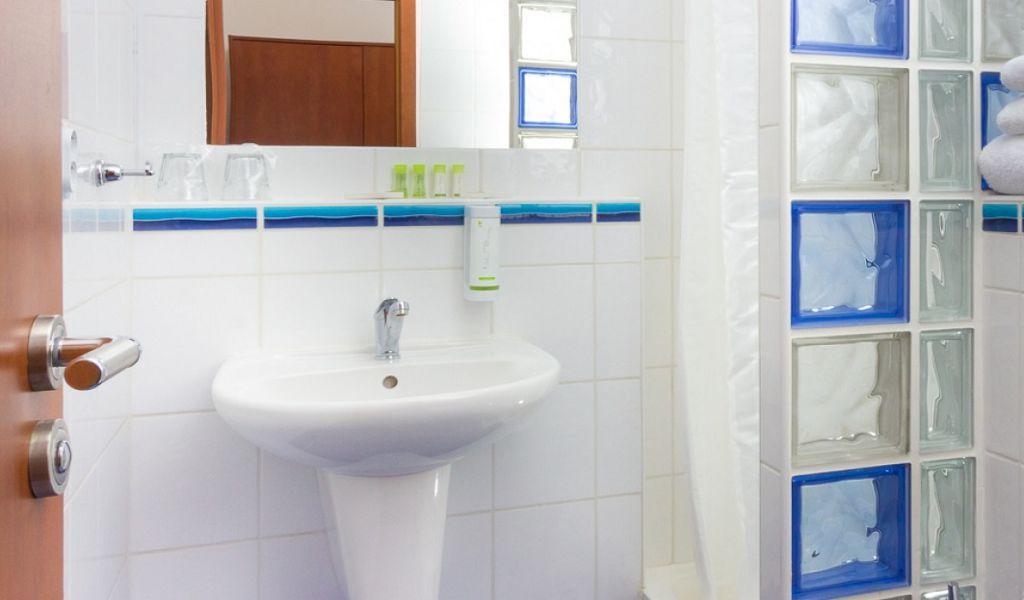 Standard-bathroom-with-shower-C-1920x680_c