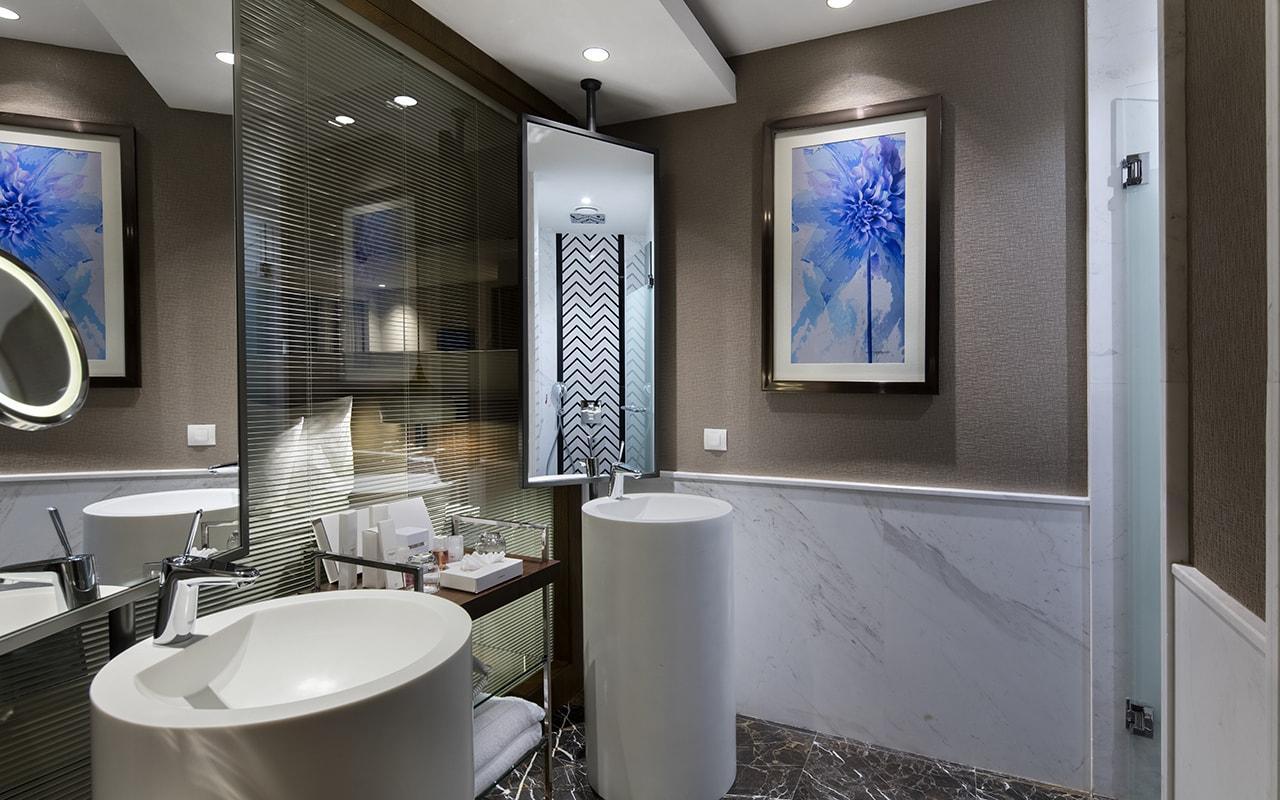 villa bathroom-min