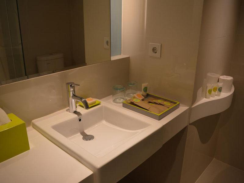 tijilliroomsroom_bath2