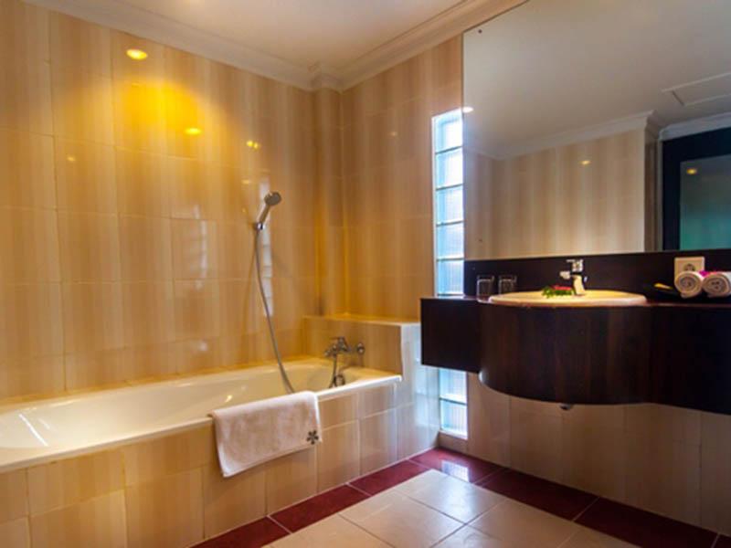 bathroom - deluxe room 04
