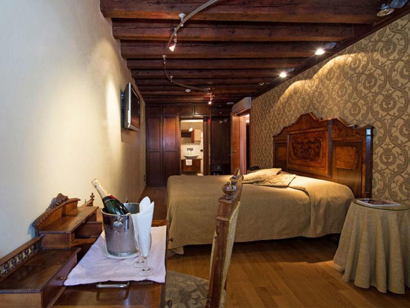 Camera Matrimoniale o Letti Separati con vista canale2
