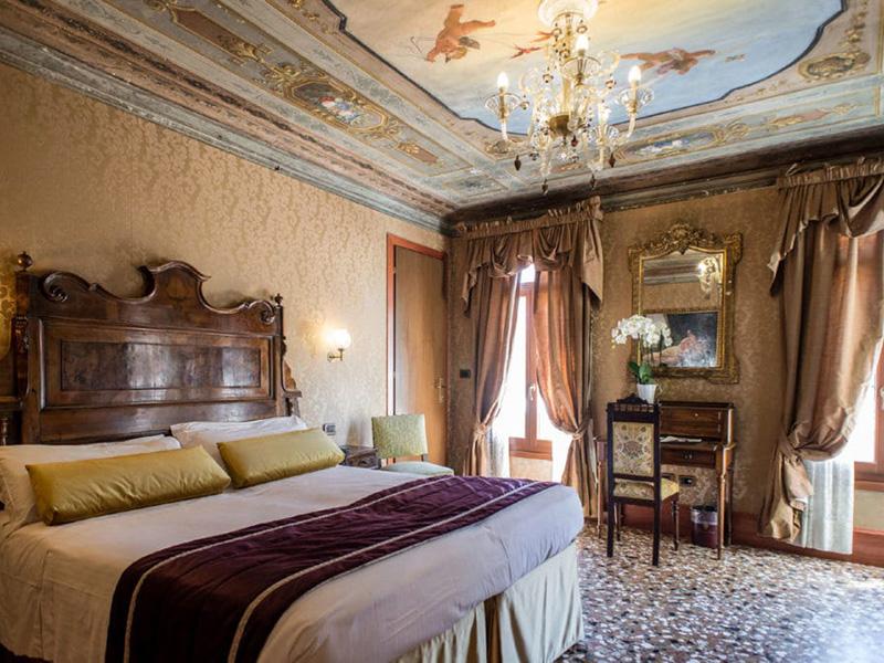 Camera deluxe matrimoniale o letti separati vista canale e con terrazza2