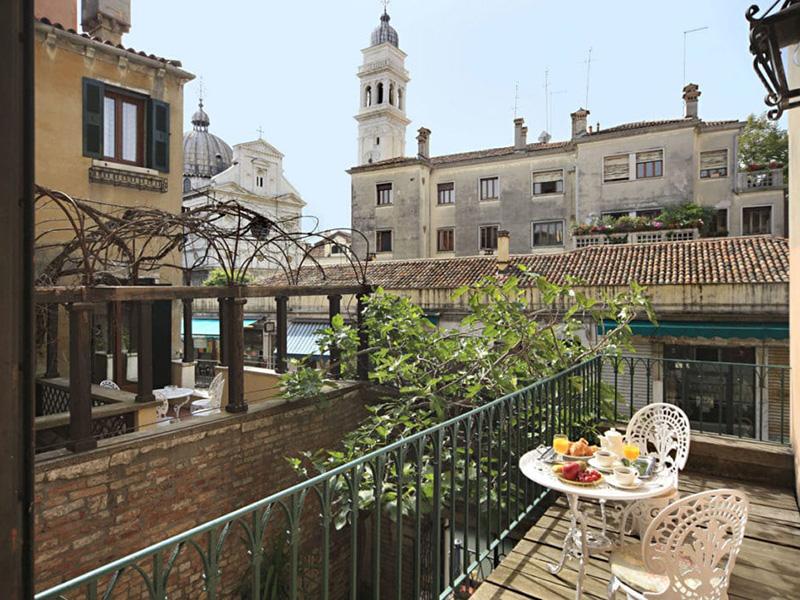 Camera deluxe matrimoniale o letti separati vista canale e con terrazza4