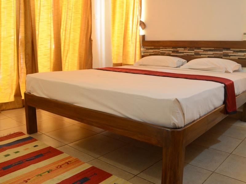 Room 4 Queen size double bedroom (1)-min