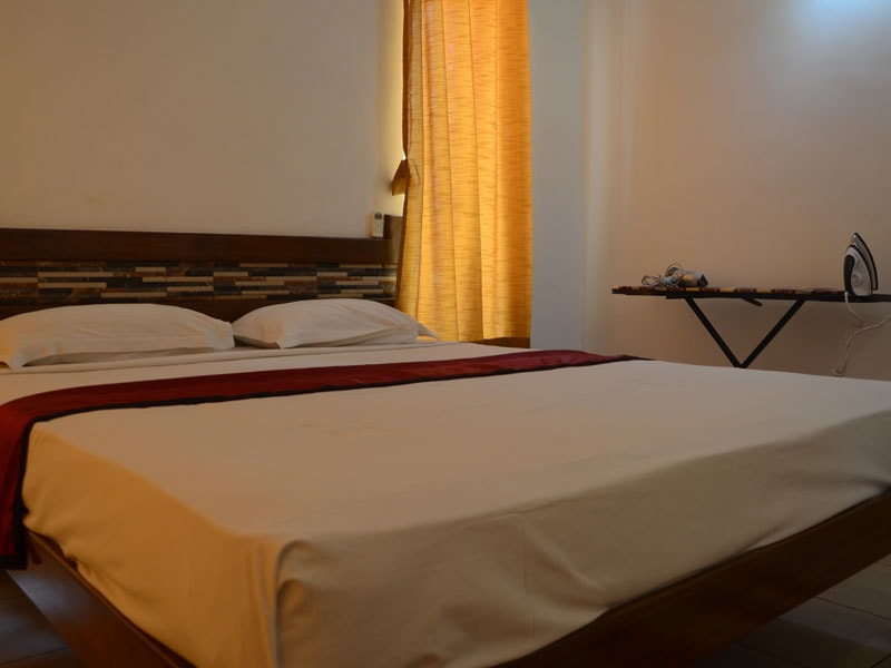 Room 5 Queen size double bedroom (2)-min