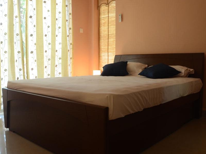 Room 7 Queen size double bedroom (4)-min