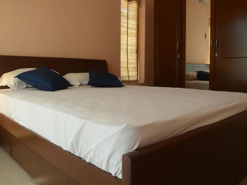 Room 8 Queen size double bedroom (5)-min