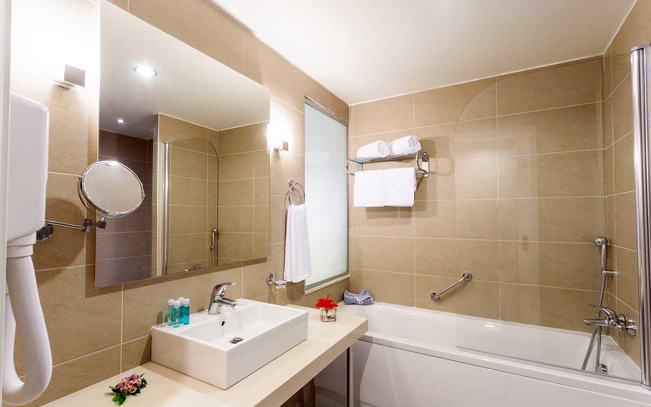 junior suite bathroom-min