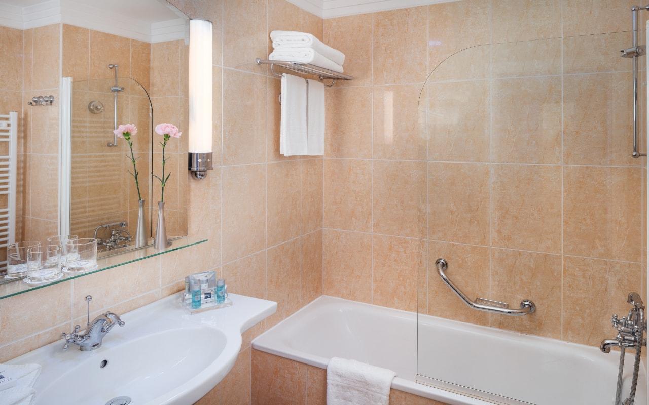 Deluxe_Suite_bathroom-min