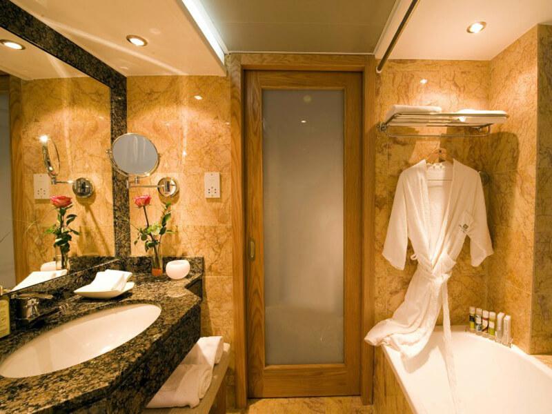 25 PIONEER BEACH HOTEL BATHROOM ALL ROOM TYPES