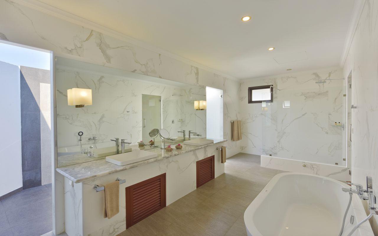 DL-HRES-Dreamland_Water_Bungalow_Bathroom_01