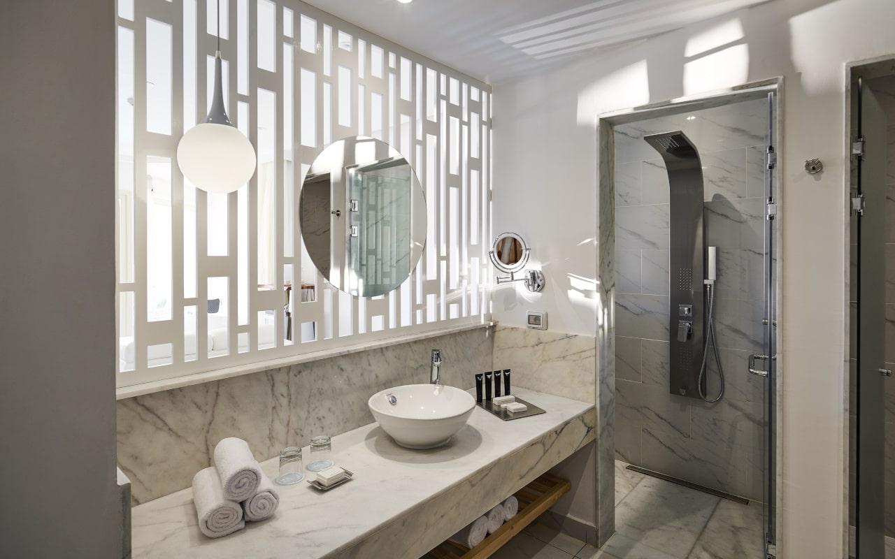 spl_swimup_suite_bathroom-min