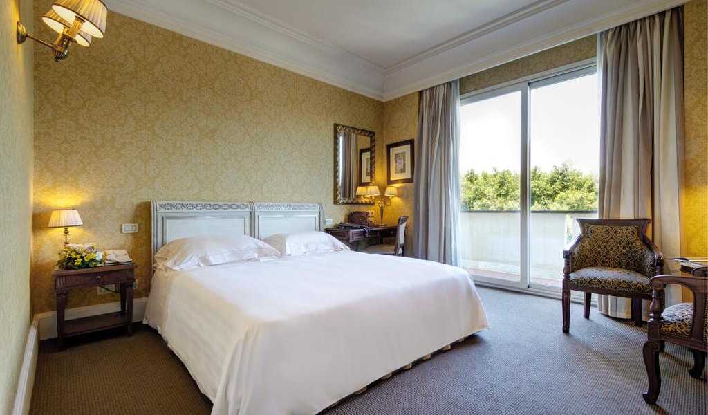 Deluxe Double or Twin Room with Balcony-min