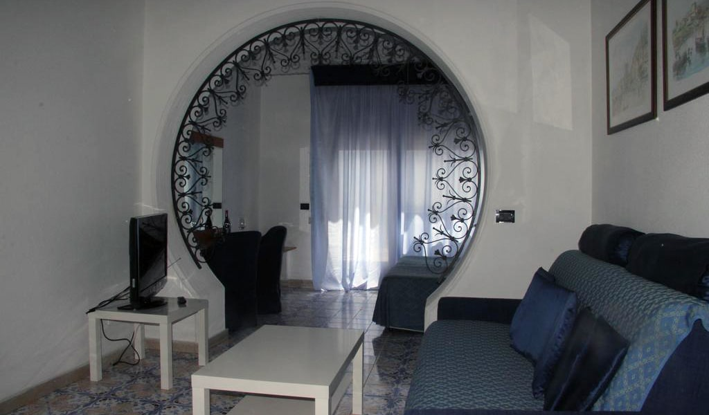 Double-Twin Room with Balcony and Sea View-min