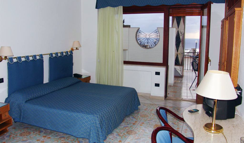 Double-Twin Room with Balcony and Sea View2-min