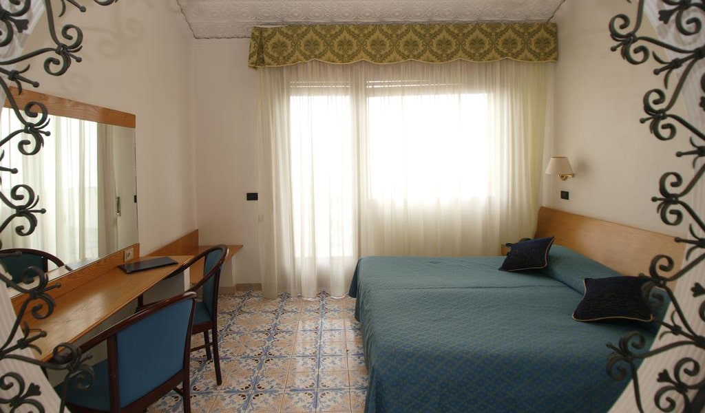 Double-Twin Room with Balcony and Sea View3-min