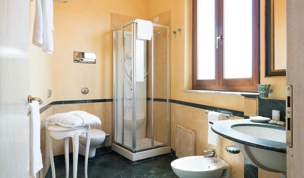 Double or Twin Room with Free WIFI and Parking4-min