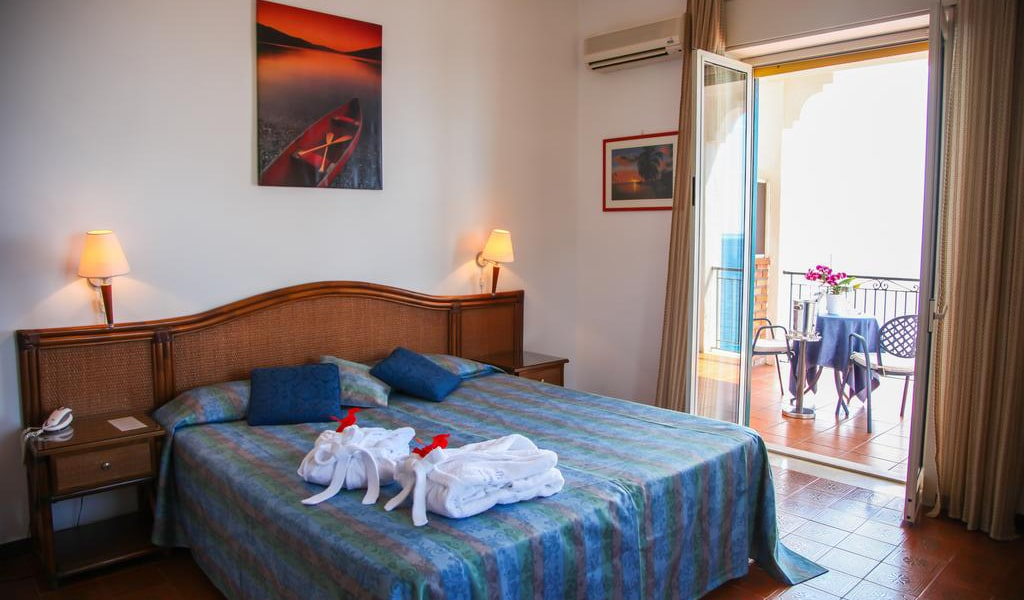 Double or Twin Room with Sea View15-min