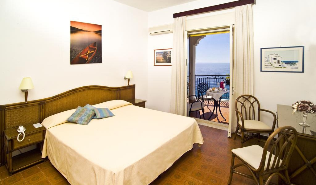 Double or Twin Room with Sea View8-min