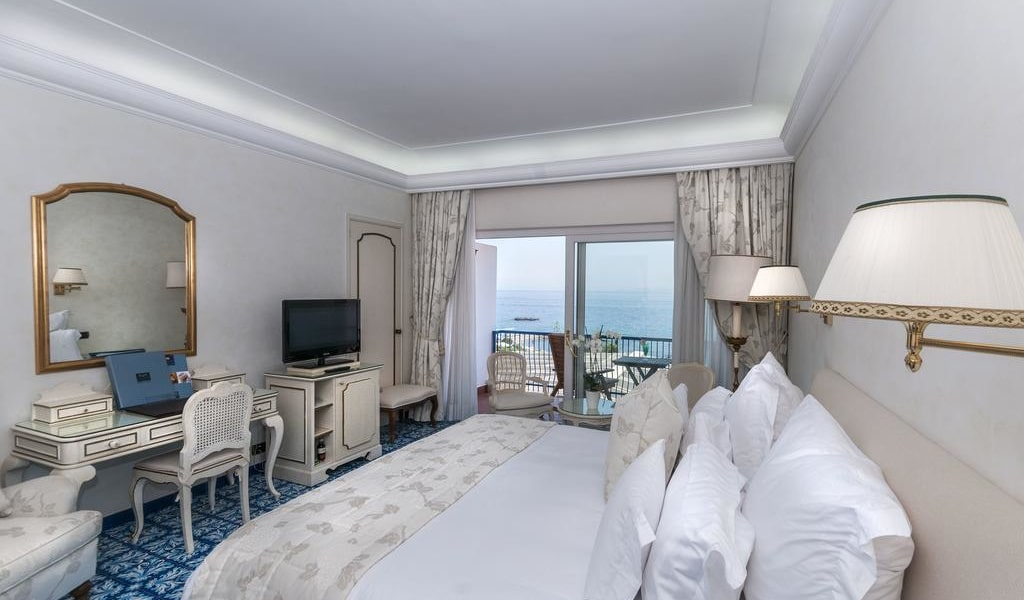 Deluxe Double Room with Balcony and Sea View -min