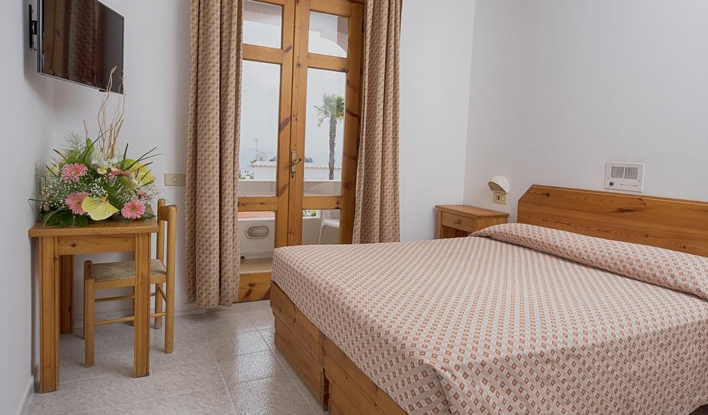 Double or Twin Room with Sea View 4-min