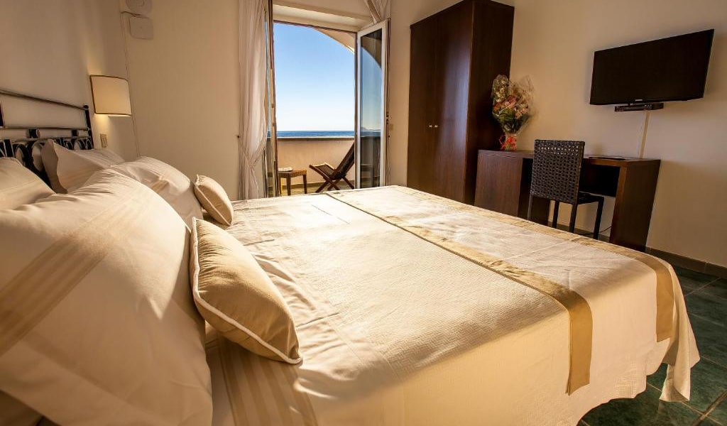 Superior-Double-or-Twin-Room-with-Sea-View-min