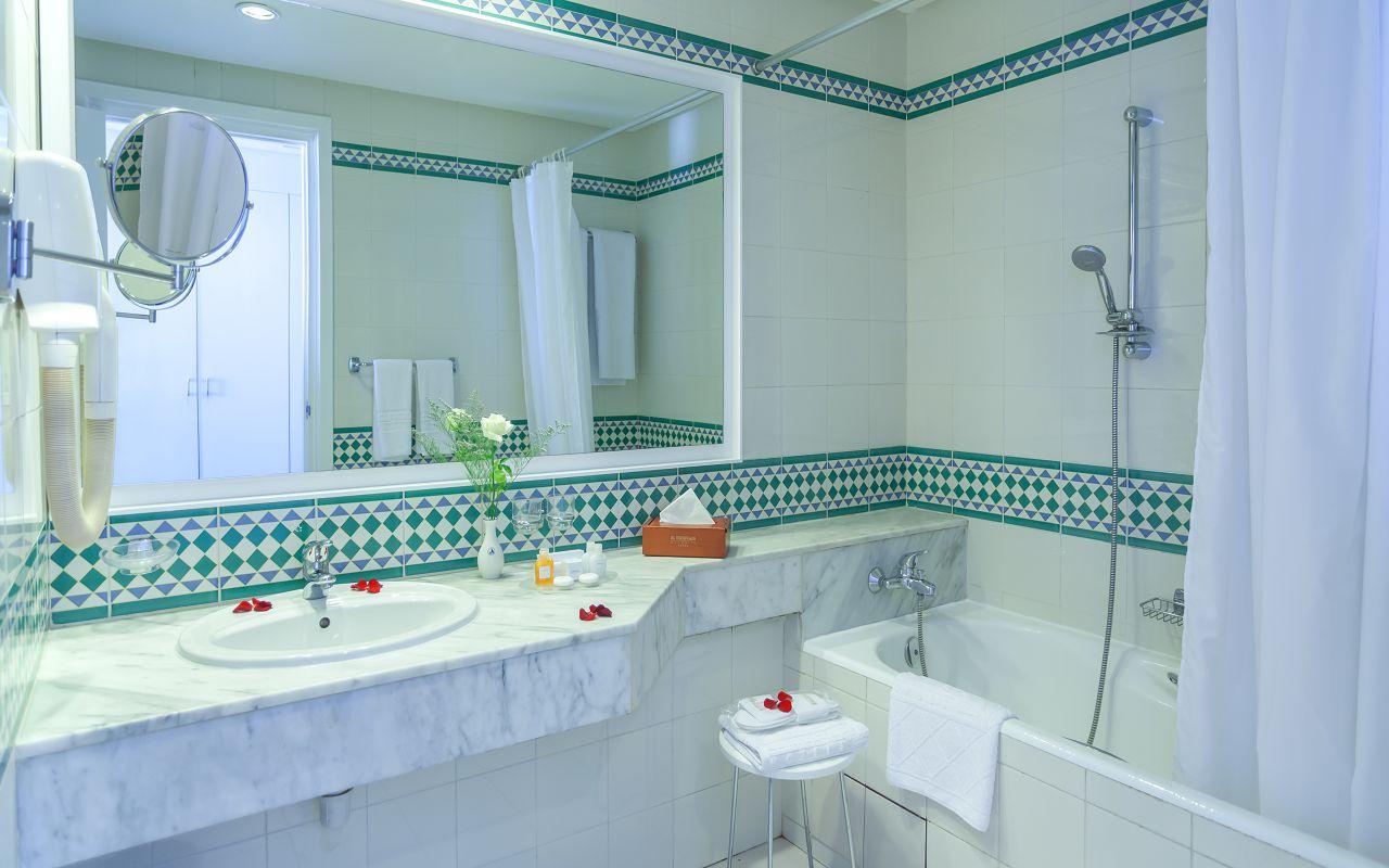 EM Gammarth Bath Room (2)