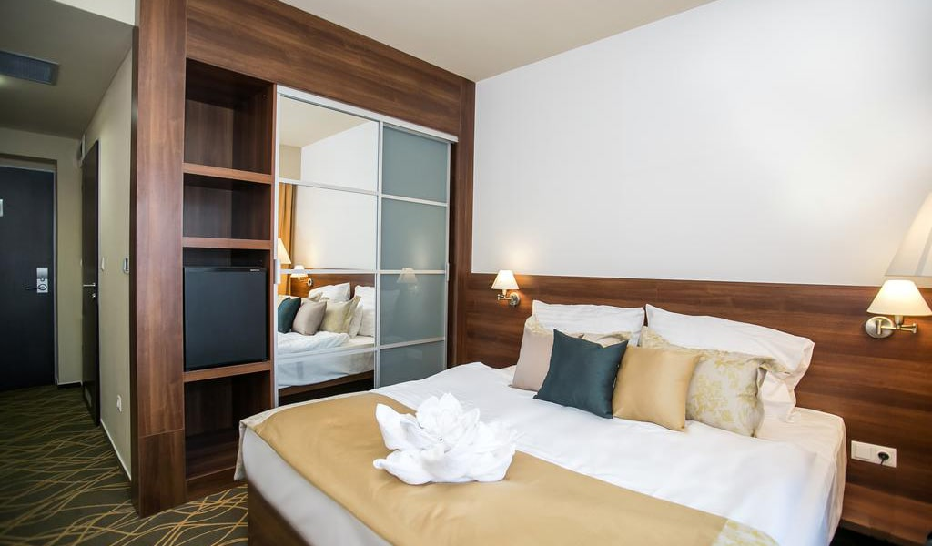 Standard Double or Twin Room-min