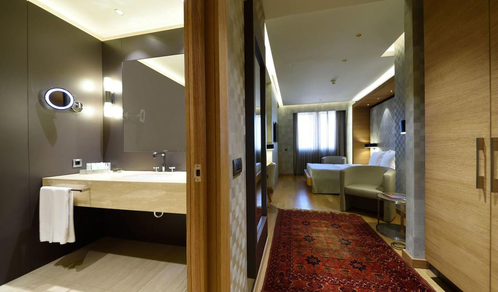 Deluxe Double Room with City View 2-min