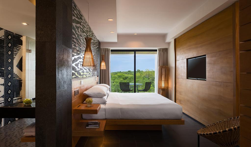 Deluxe King Room with Balcony and Garden View-min