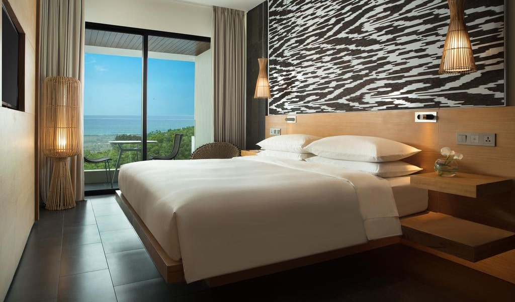 Deluxe King Room with Ocean View and Balcony-min