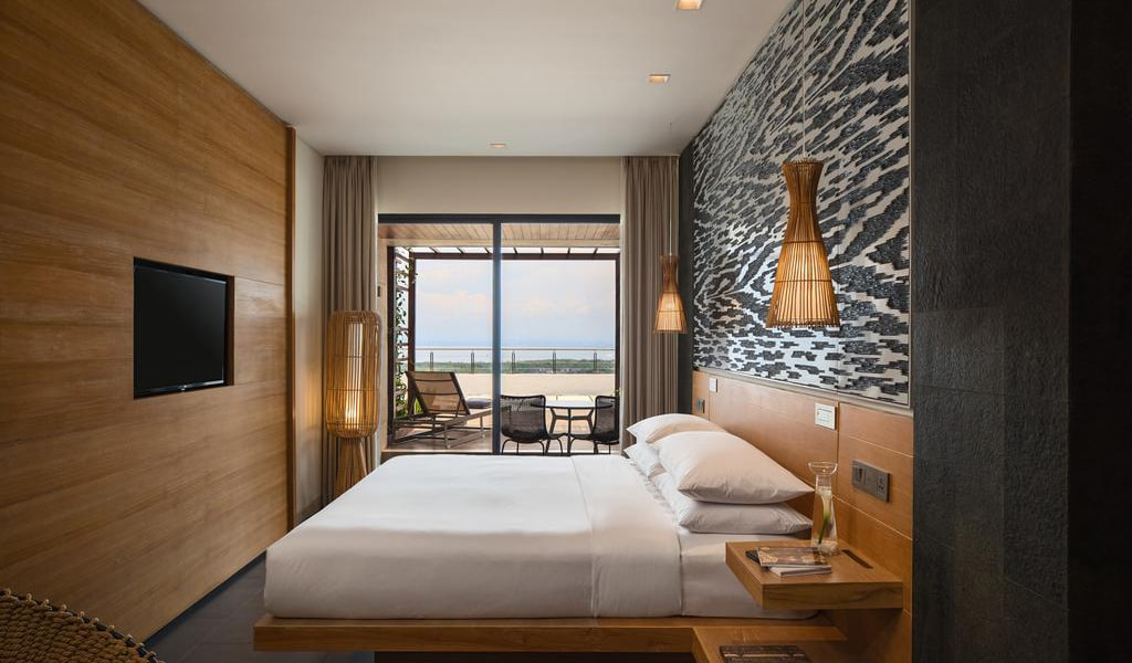 Deluxe King Room with Terrace and Ocean View-min