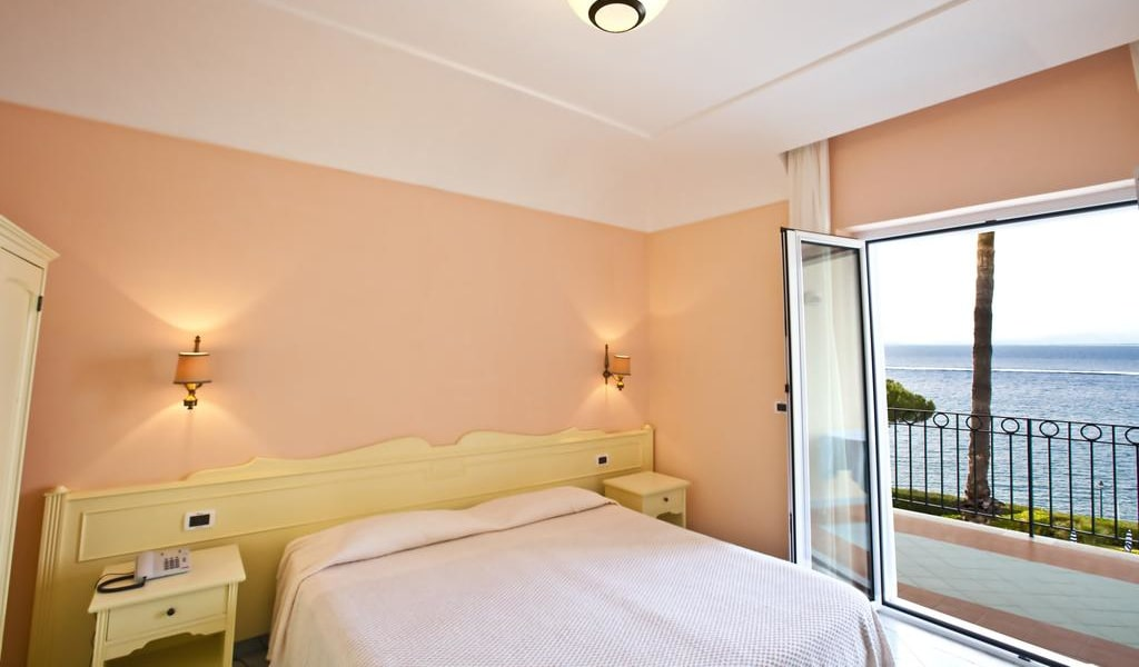 Double or Twin Room with Balcony and Sea View 3-min
