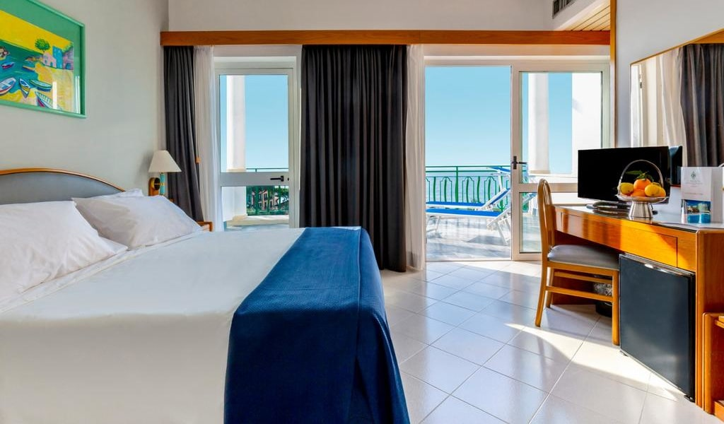 Double or Twin Room with Sea View 1-min