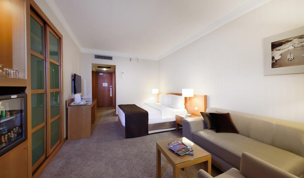 Superior Double Room with City View 4-min