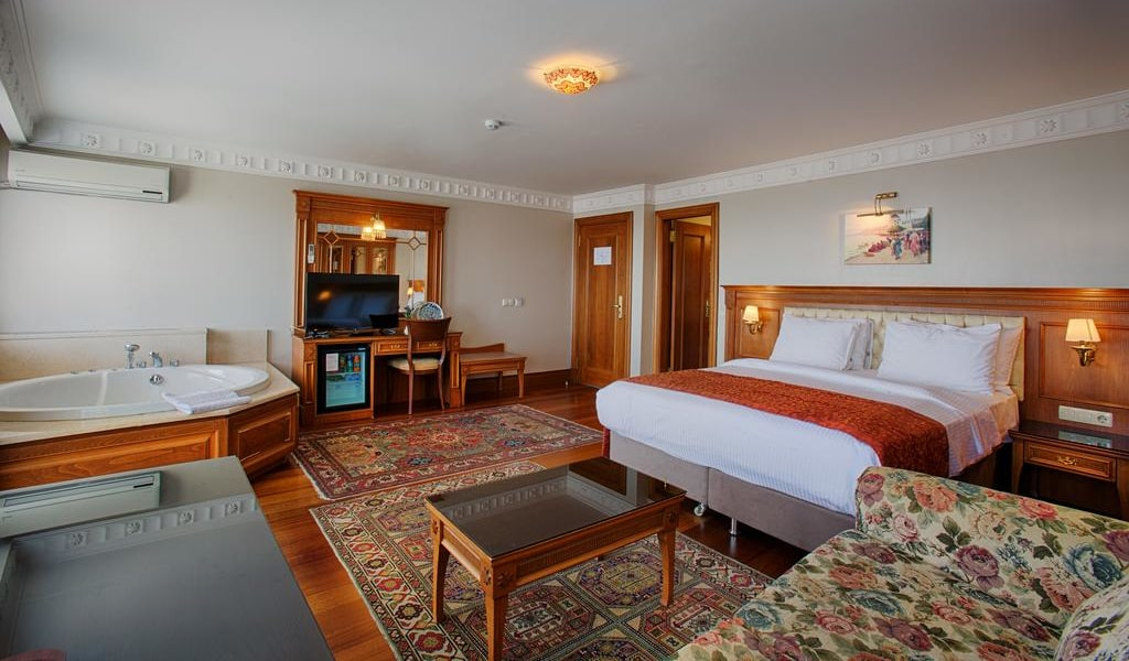 Triple Room with Sea View and Hot Tub 2-min